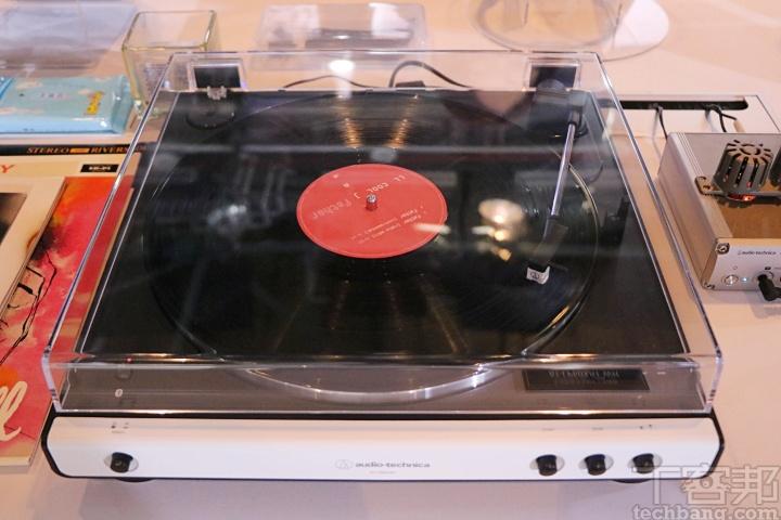 對於黑膠產品來說,AT-LP60XBT WH 無線全自動唱盤是過去 AT-LP60X 唱盤的衍生機種,鋁合金壓鑄成型唱片轉盤、內建PhonoEQ 唱�放大器,可自選 Phono 或 LINE 輸出,且支援高音質低延遲的 aptX 編碼。
