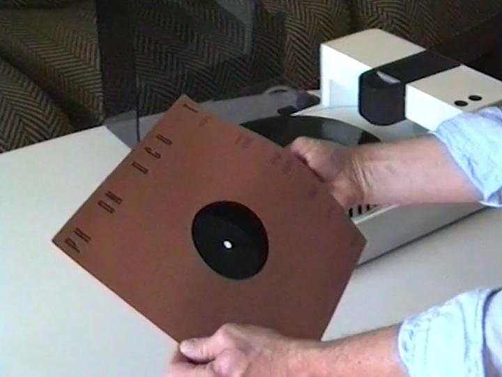 操作方式相當簡單,第一�是將空白唱片放入Phonocut。