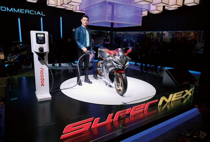 光陽董事長柯勝峯於今年 3 月現身東京摩托車展,首次展示 SuperNEX 電動超跑充電裝置。
