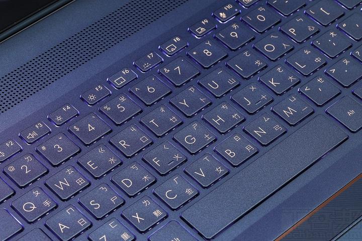 採用全尺寸背光鍵盤,提供白色背光,可以依需求調整亮度,打�手感還算不錯,段落感明顯。 ▲ 觸控板整合 NumberPad 虛擬數�觸控功能,即使在 NumberPad 開啟時,也可以使用觸控板的游漂功能。
