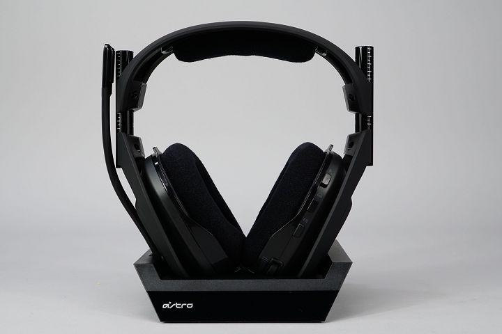 耳機放置於底座上的樣�,該底座同時也兼具耳機架的用途。
