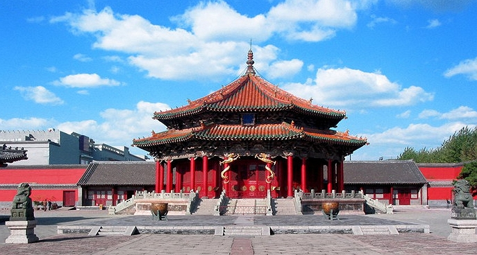 網路上找到的瀋陽故宮相關照片�,雖然瀋陽故宮的建築很多,不過並沒有見到與國家戲劇院撞臉的這棟建築。而且也不大可能有車道的�計,畢竟古代是沒有汽車的。