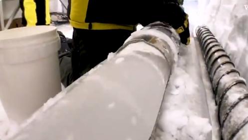 在南極朝137公尺深的冰洞裡�扔冰塊,會聽到什麼?