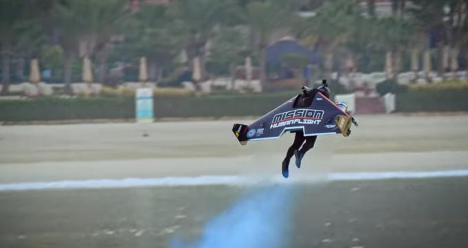 從地面飛到一千公尺高空僅需30秒!Jetman個人噴射飛行器離鋼鐵人飛行夢更進一�
