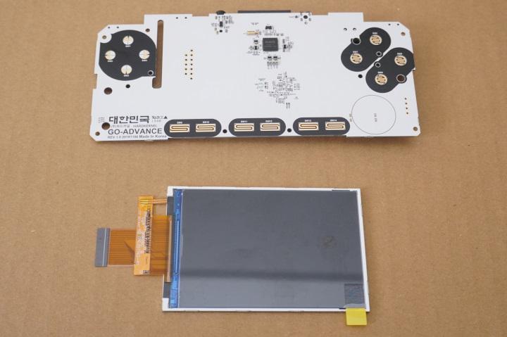 主機板與螢幕是最脆弱的零件,施工過程請務必小心。