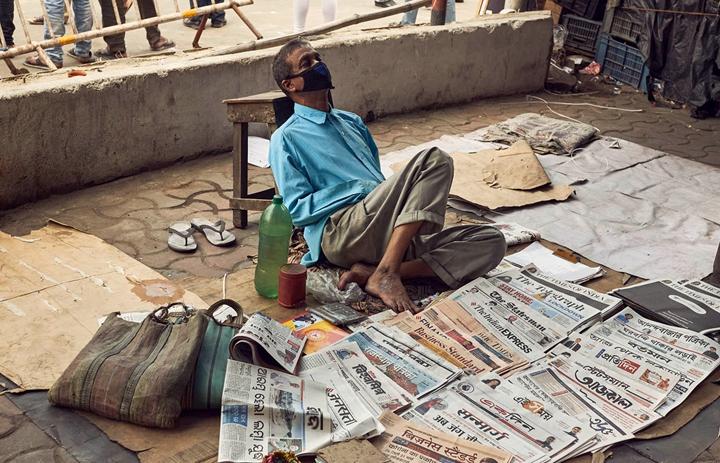 Covid-19 衝擊下,印度下令封城,許多鄉村勞工只能徒�數十公里返鄉,甚至有童工命喪途�。新加坡也傳出移工集體感染,再次暴露開發�國家、經濟弱勢群體,在疫病�往往首當其衝。圖片來源:iStock