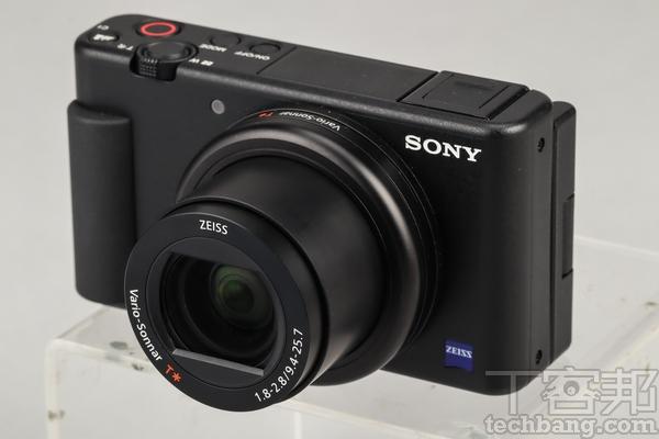 機身概觀 ZV-1大致延續了RX100M5A的各項機身配置,但卻又做出了不少針對影音功能強化的改變,例如側翻式螢幕、收音麥克風、熱靴座��,同時在軟體部分如對焦方面亦加強不少,使之成為更適合動態錄影的輕便相機。