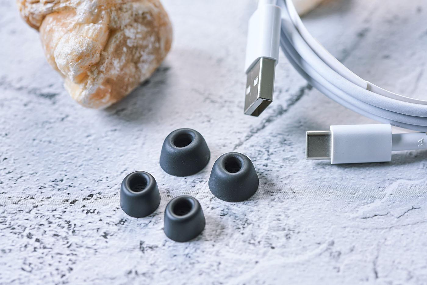 有關耳機外部與周邊附件,最後則是隨器材附搭的USB-C 線材,以及另外兩組矽膠耳塞,用家可以依據自己耳道的尺寸,選擇不同耳塞使用,且FreeBuds Pro 搭配的獨家「智慧生活」APP,也能對耳機配戴時與耳朵的貼合度偵測,讓用家可以挑選到最適配的耳塞使用。