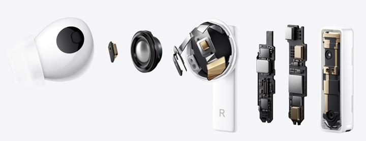 那麼FreeBuds Pro 內部主要架構如何形成,就利用官網的解剖圖進行簡單說明,首先從左至右先看到耳機外殼,接著則是作為提升通話清晰度的的耳機內側麥克風,然後是11 mm 口徑驅動單體。繼續向右則是耳機外殼整體造型,接續的三組線路板,第二組配置最多功能性晶片,由上至下包含骨傳導感應晶片、耳機外測波束賦形技術偵測麥克風、藍牙5.2 晶片創造最低延遲僅180 毫秒規格,和最下方另一組環境音偵測麥克風;最右邊的機殼內部線路板上方,則是智慧雙天線機構,在任何環境中使用FreeBuds Pro ,都能穩定連接手機,聽見流暢的聲音訊號。