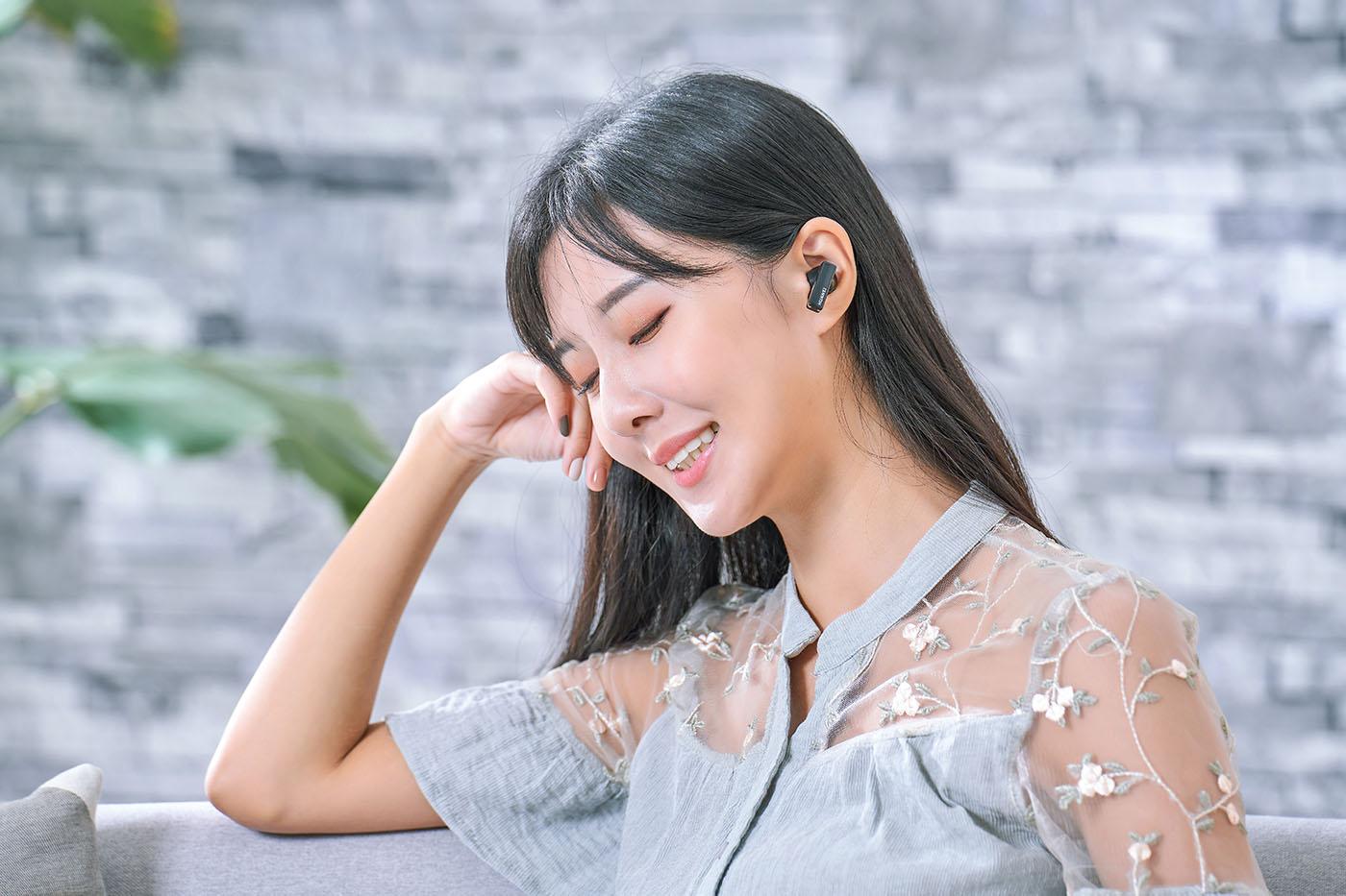 前文也提到,FreeBuds Pro 外觀短小精悍之外,另一關鍵設計就是佩戴舒適度很好,在小編評測過程中,經常忘記自己還戴著耳機,而能夠具備如何優良的佩戴感受,主要來自於這款耳機不僅提供三種尺寸的耳塞讓用家適配,且加上前後聲腔導通設計,使耳內外氣壓平衡,確保空氣流通,並藉此提升舒適感,最後加上耳機外型弧度都是經過大數據分析後設計,所以創造出更好的佩戴貼合感以及舒適度。