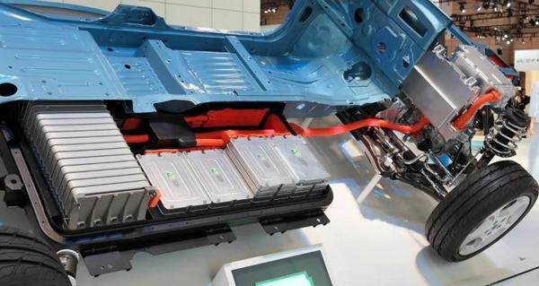 鋰電池的革新,不僅關乎到手機電量,還決定了電動汽車是否可以真正取代燃油車,圖中為尼桑電動車底盤上的電池塊。圖/Wikipedia