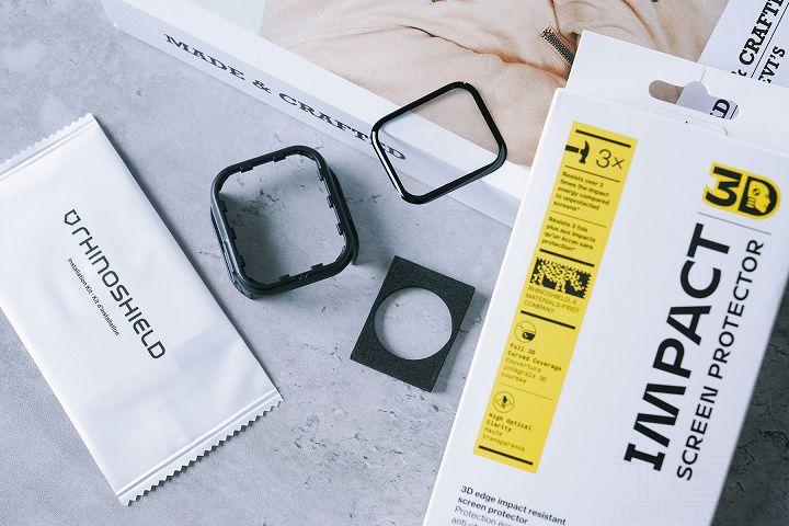 Apple Watch 專用 3D 壯撞貼的外盒包裝與內容物如上,除了全滿版設計的保護貼,也提供完整的安裝工具組,包括除塵貼、擦拭布、氣泡排除刮板…等。