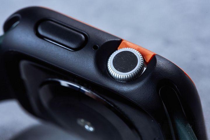 在錶身右側有數位錶冠、麥克風、實體按鍵,也都精準的挖孔及包覆,不影數位錶冠轉動,且按鍵雖然被完整包覆,但回饋力的表現相當好。