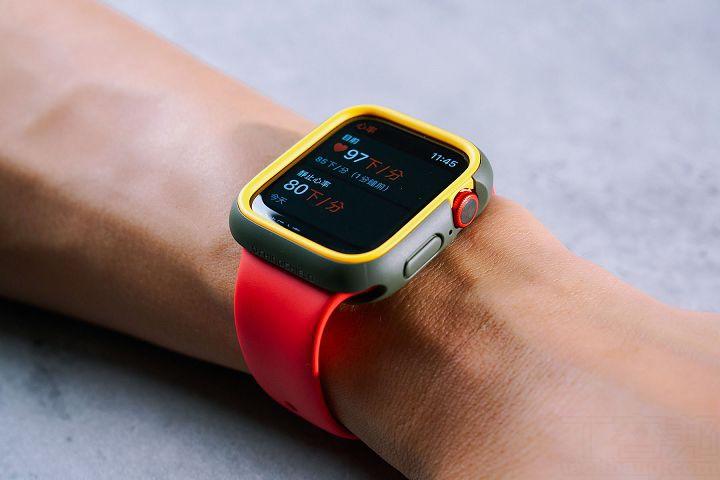 在裝上高防護力的保護殼後,仍保留微凸起的水晶玻璃錶背,要用來心率偵測、血氧濃度偵測、充電…等,完全不受影響,可以正常使用。