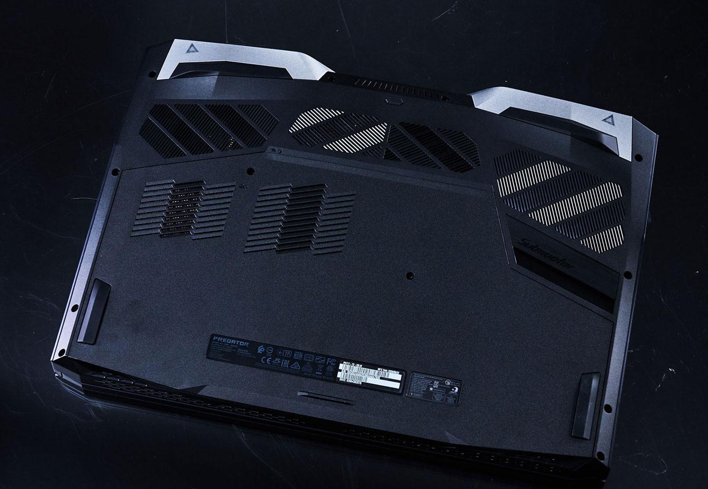機身底部可見大面積的散熱孔,以不同方向分布的格柵式手法也成功提升視覺上的變化性。