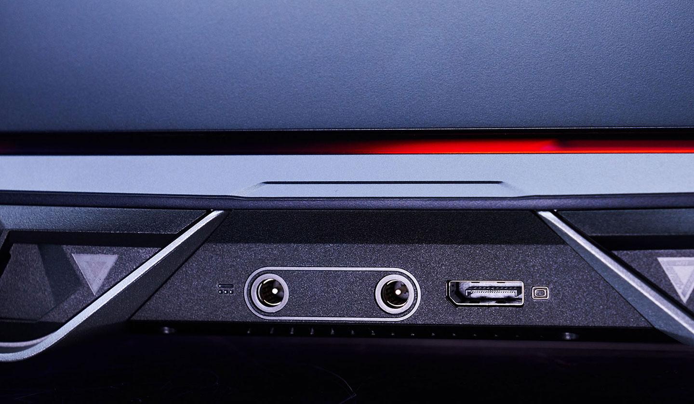 機身後側可看到雙電源與一組 DisplayPort。