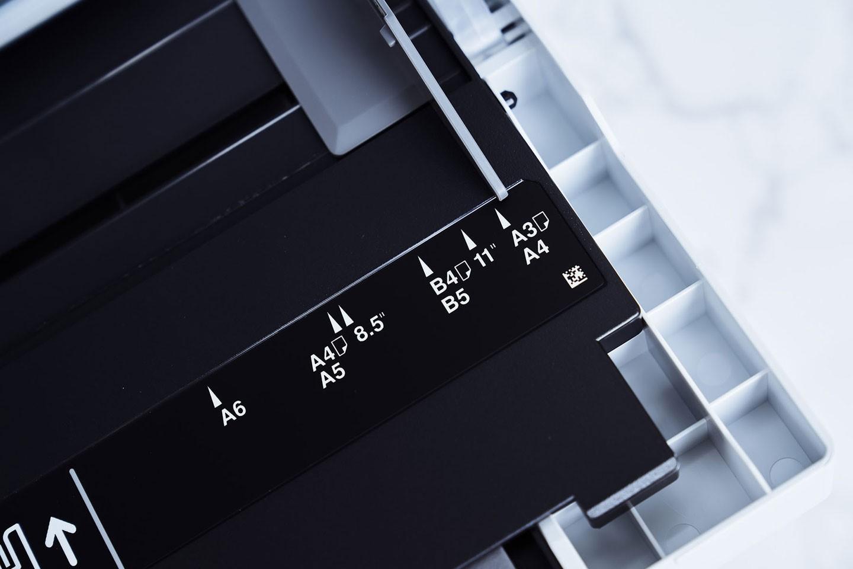 萬用進紙匣最大可支援 A3 尺寸。