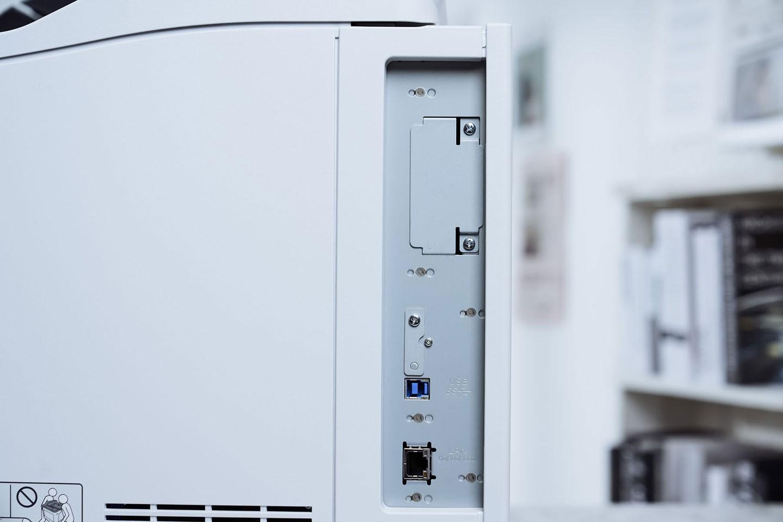 機身右側可看到主要的 I/O 埠區,標配了一組 GbE 的乙太網路接口與一組 USB 3.0,同時也預留一組第二乙太網路接口以及內置式硬碟的擴充區。