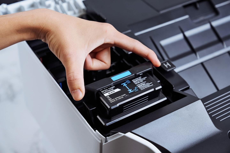 碳粉匣插入後,再將鎖定卡榫向後扳即可完成鎖定。