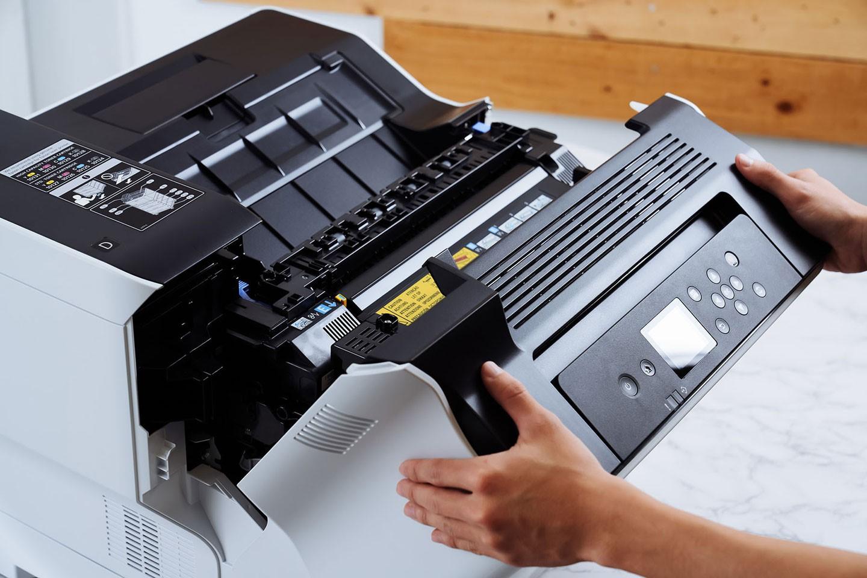 當遭遇卡紙狀況,或需要清潔感光元件時,即可透過說明的指示來操作。
