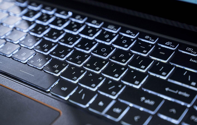 鍵盤配置白色背光,而鍵帽邊緣採用透明設計,讓透光效果更為顯著。