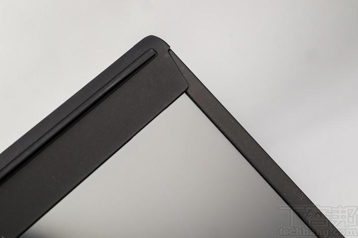 螢幕兩側也採用窄邊框設計,但上側因為配置了視訊攝影機,所以沒有極邊框設計。
