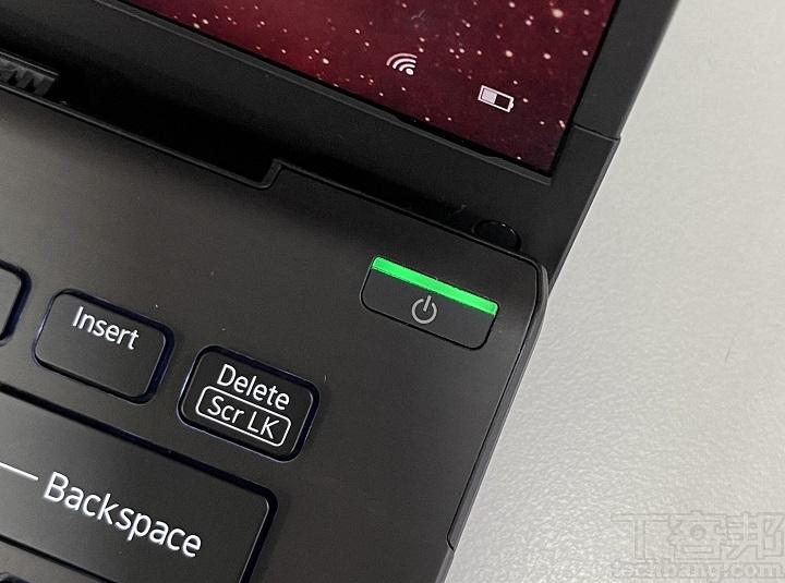 開機鍵是獨立在螢幕右上方,除了有燈號狀態提示燈外,還具指紋辨識功能。 ▲ 提供靜音快捷功能,以 Fn + Tab鍵就可即時暫停收音,且 Tab 鍵上設有提示燈,可即時判斷收音功能開啟與否。