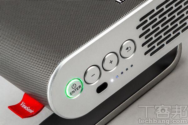 控制按鍵機背也有可供操作的功能按鍵,另外還有電量的指示燈。
