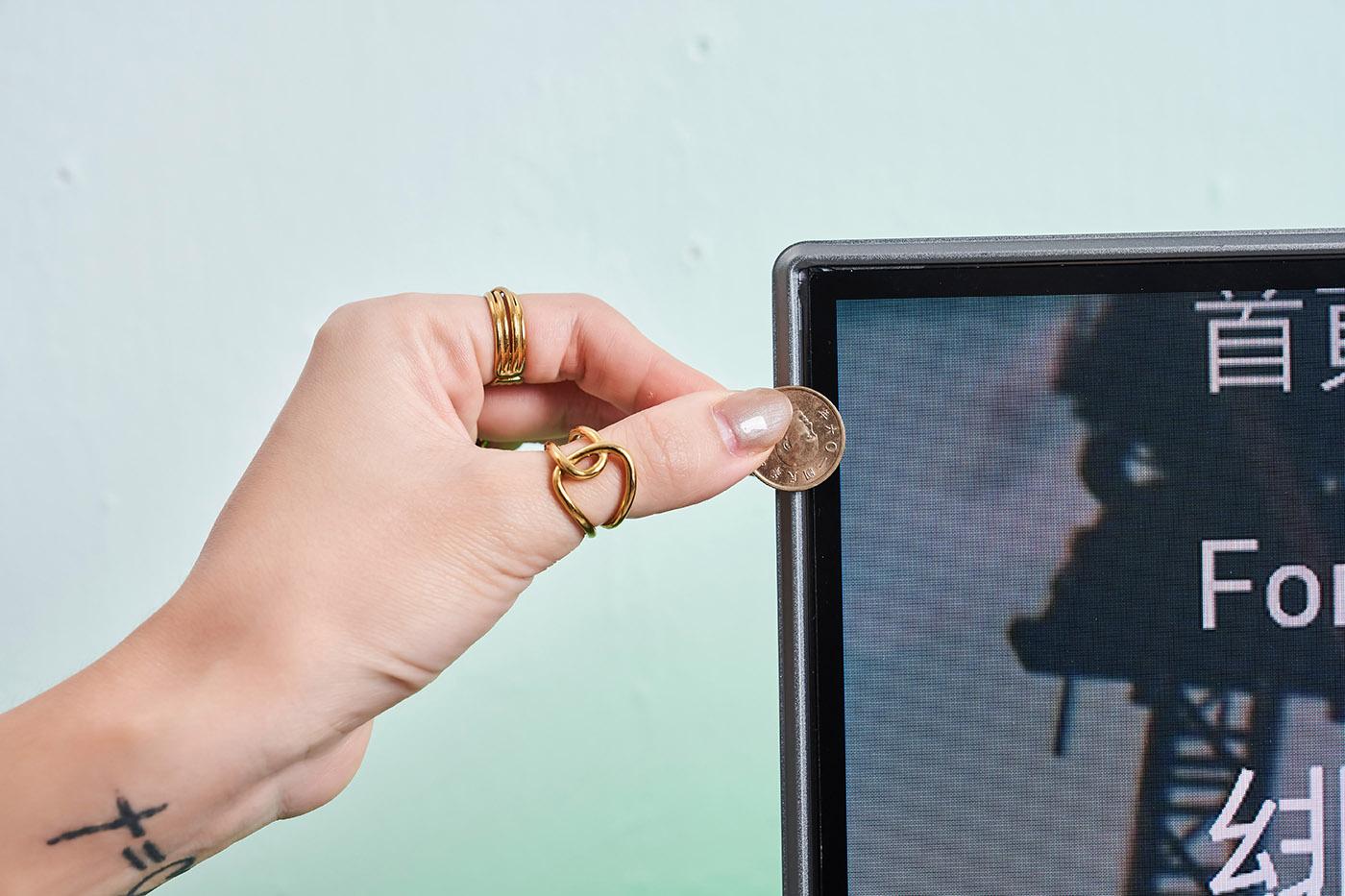 邊框到底有多窄?實際透過一元硬幣比對,相信就能深刻感受,這款55 吋大畫面的顯示器材,其極窄邊框的設計有多驚人。