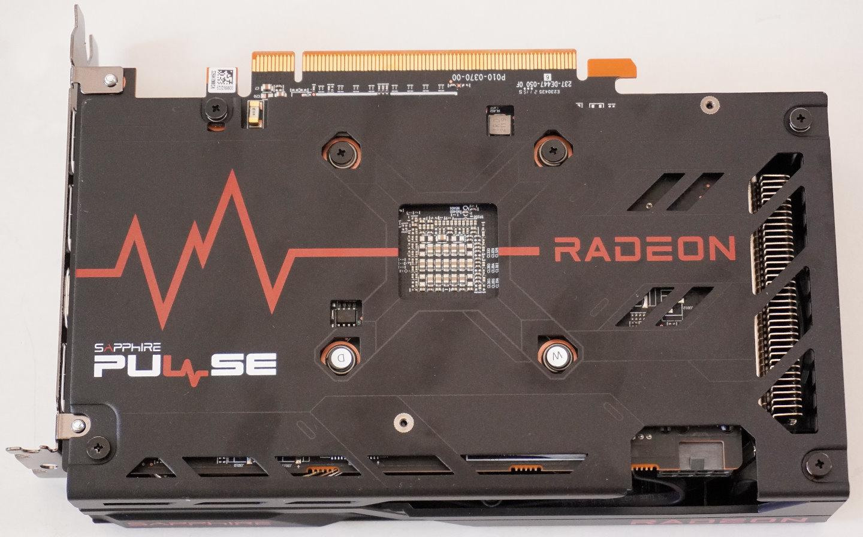 即便Sapphire Pulse Radeon RX 6600的尺寸較小,重量也不重,但還是�載金屬材質強化背板,背板尾端具有散熱排氣口,可以引導排出廢熱。